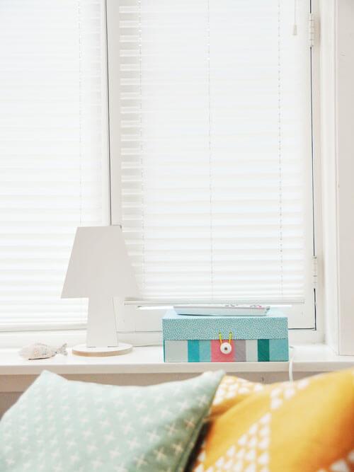 White Venetian Blinds for Bedroom Decor Inspiration